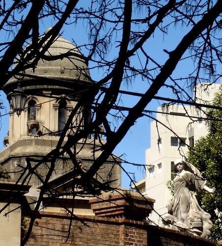 El cementerio de Recoletas, en Buenos Aires, no sólo es uno de los lugares con más encanto de la ciudad,  con más historia –generales, políticos, artistas y la mismísima Evita están aquí enterrados- sino también, ¡el sitio de toda la capital donde el metro cuadrado de terreno es más caro!