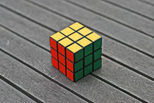 Rubik's Cube terminé, posé sur une table en bois