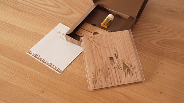 如果讀者以為這個木質雕刻板只有芬香瓶的功用,那就太小看這個設計師了,將雕刻好的動物取下後,剩下中空的正方形木板也可以放在牆上成為最自然的裝飾。童話小編在創意設計的世界悠遊這麼久,對木頭質料的設計品特別喜愛,除了不像金屬一般冰冷,暖暖的木頭色更是百看不膩的經典款。想念非洲草原的寬廣遼闊嗎?