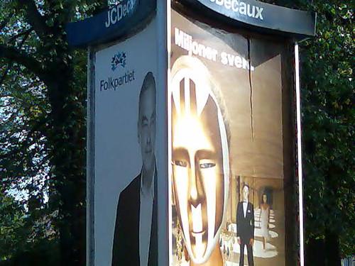 Annonstavla med reklam för dels Folkpartiet och dels Kanal 5:s miljonärerna: 'Folkpartiet. Miljoner svek.'