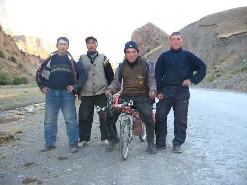 Friendly Kyrgyz lads, near Kichi-Karakol, Kyrgyzstan / フレンドリーな青年たち(キルギズ、キチカラコル村付近)