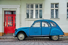 old cyan car vs. red door photo by xfoTOkex