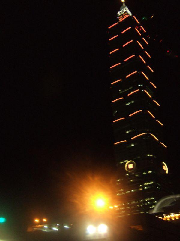 仰看台北101