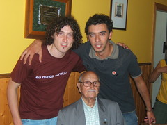 Os compañeiros Diego e Paulo con Avelino Pousa