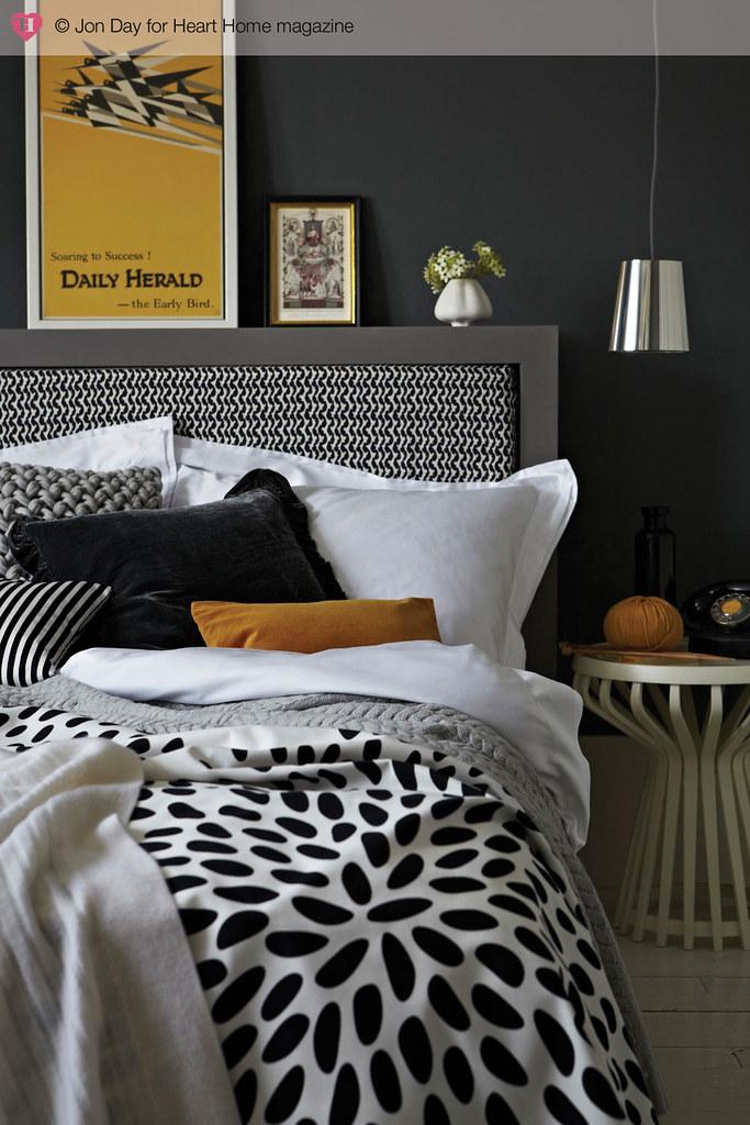 d couvrir l 39 endroit du d cor avec du noir et blanc jaune moutarde. Black Bedroom Furniture Sets. Home Design Ideas