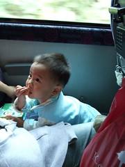 小球在車上吃東西