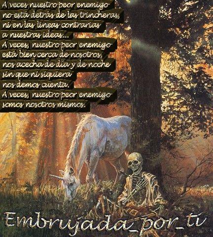 unicornioalladodeesqueleto