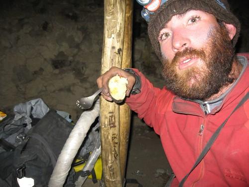 Potato baked in embers of dung fire Deserted summer nomad hut, Khargush Pass (4300m), Tajikistan) / ふんのたき火で焼いた焼き芋(夏に使用される小谷(タジキスタン、ハルグシュ峠(4300m)))