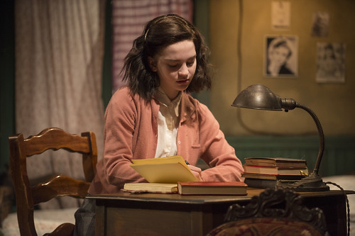 a short summary of the diary of anne frank The diary of a young girl, also known as the diary of anne frank, is a book of the writings from the dutch language diary kept by anne frank while she was in hiding for two years with her.