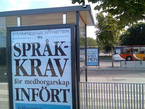 Affisch till vänster: 'Språkkrav infört', till höger: 'Äntligen! Svenskt nobelpris'