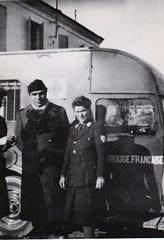 5-  Mars 45 devant Royan-  Yervant Chilkevorkian entre Melle Dineur et Blanchy de la Croix rouge française- Fonds Amiel