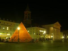Pyramide und Stadtkirche marktplatz nacht