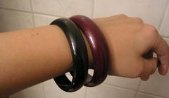 Två armband i plast.