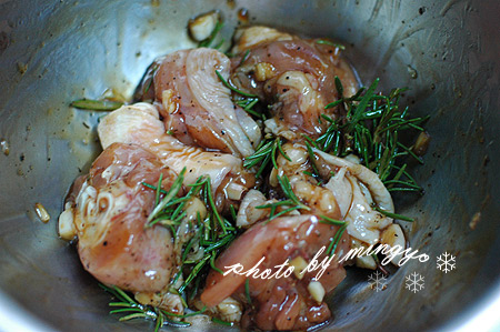 迷迭香蜜汁烤雞腿-醃肉
