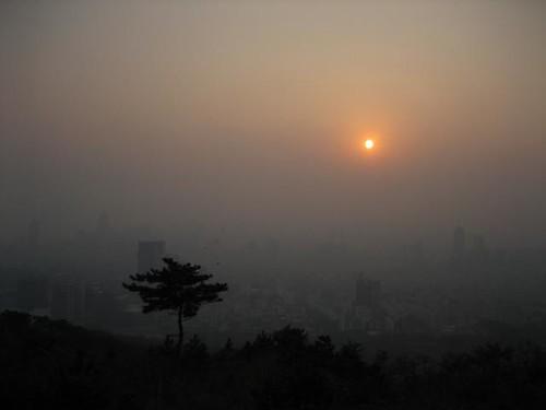 nebel liegt über der stadt...