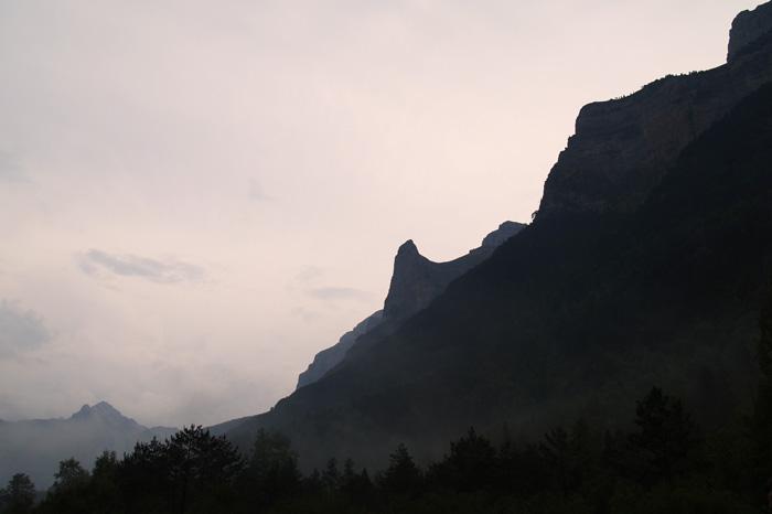 Montañas sombrías
