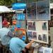 蒙馬特畫家村的東方畫家正繪製著咖啡店風景
