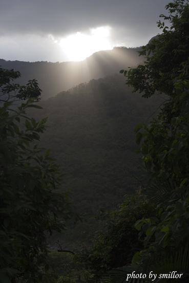 接近霧台時山巒雲端出現攝影者最愛的耶穌光
