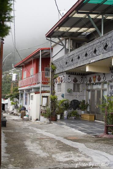 豪華建築與平常建築並列於阿禮部落的街道