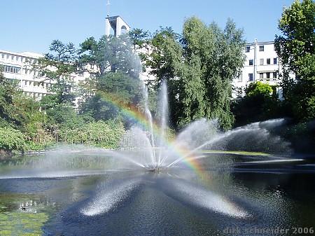 fontäne mit regenbogen