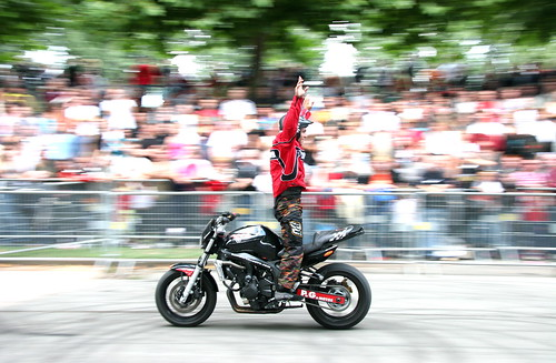 Humberto Ribeiro debout sur sa moto, tourné vers l'arrière