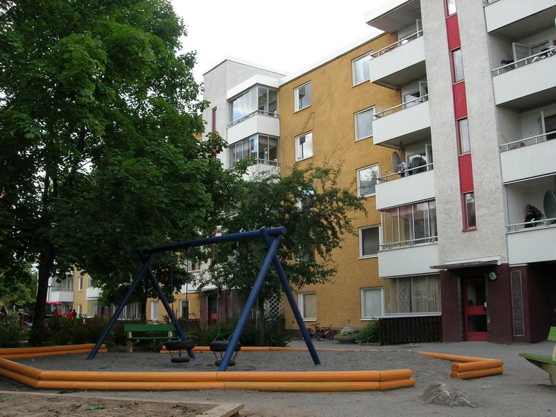 公寓楼前的秋千,瑞典人好像很喜欢用鲜艳的黄色和蓝色