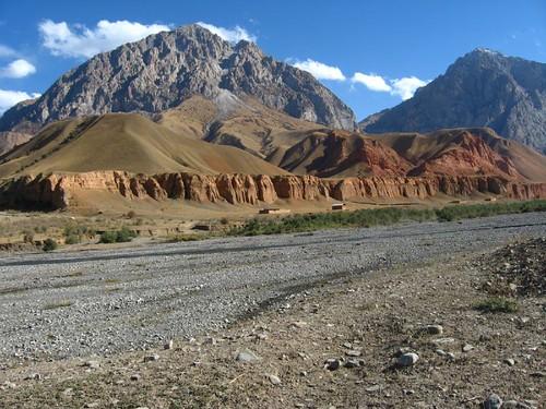 Contrasts near Kichi-Karakol, Kyrgyzstan / 対象する景色(キチカラコル村付近、キルギス)