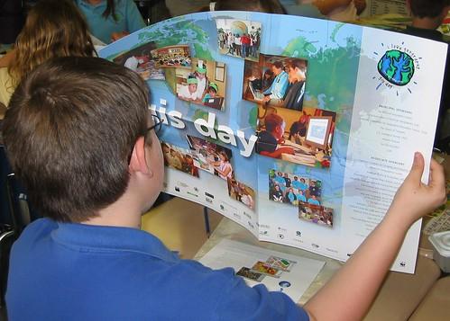 Alumno de Educación Primaria de la Southern Delaware School con un poster del GIS Day