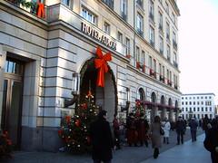 Das Hotel Adlon im weihnachtlichen Schmuck.