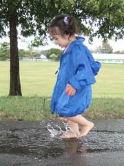 娘、走る、濡れる、楽しむ。