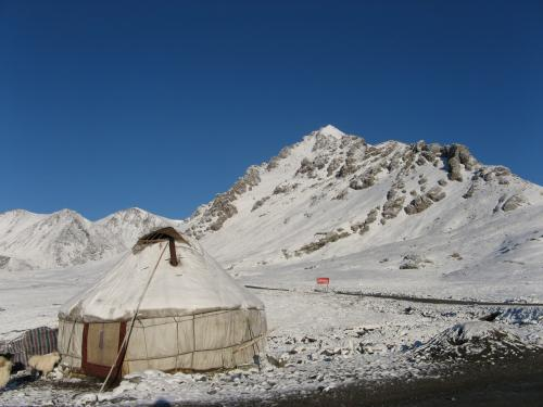 Yurt at the base of Shenli Daban Pass, western China / カザフ族のユルト - シェンリダバン峠へ向かって