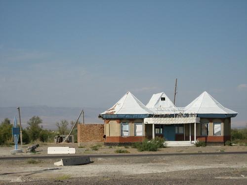 Run down rest stop on the way to Tasqarasuw Town, Kazakhstan / 古いレストラン(カザフスタンのTasqarasuw町へ行く途中)