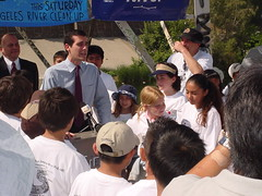 Councilmember Garcetti speaks with Elysian Valley residents at the Los Angeles River clean-up