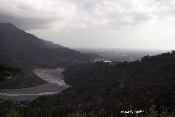綿延山谷接粼平地的壯闊景象 ( 三德檢查哨附近拍攝 )