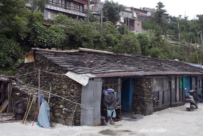 阿禮部落的石板屋(屋頂上方可看到大頭目的豪華建築)