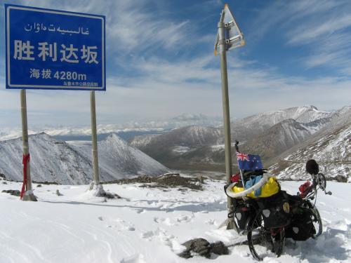 Who said recumbents can't climb hills? Shenli Daban Pass, western China / リカンベントは坂、問題ない - シェンリダバン峠(天山山脈、中国)