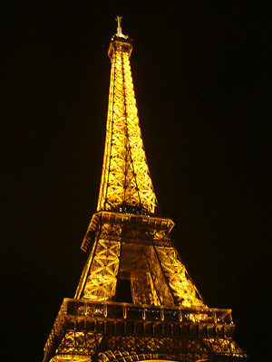 夜裡的巴黎鐵塔像寶石般璀燦