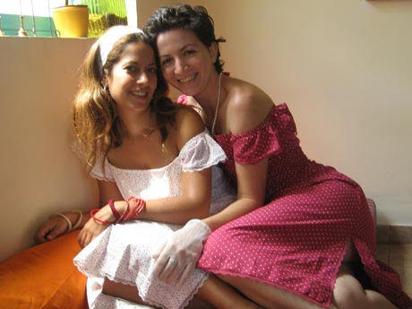 נילי גולדנברג (מימין) ואחות