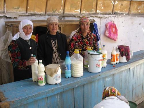 Ladies selling yak milk, yak yoghurt - Murghab, Tajikistan / ヤクの乳製品を売る女性たち(タジキスタン、ムルガブ町)