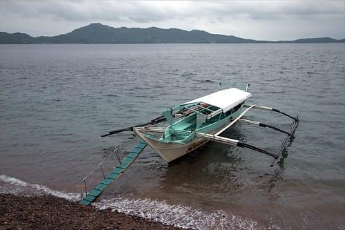 我們搭乘這艘比較大的 Bonka 去 PG,上下船隻的踏板得小心,這次小叮噹就不專心走路,摔傷