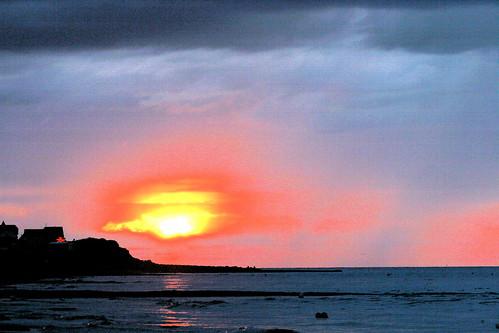 Coucher de soleil sur la mer et une falaise