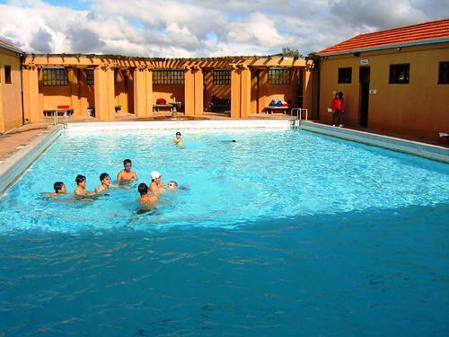 Blue Baths位於Government Gardens中博物館的一側