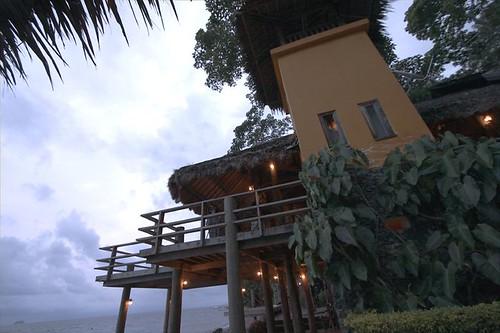餐廳前面就是大家最愛的休息地點,慵懶的躺在木造平台看夕陽、夜空星光