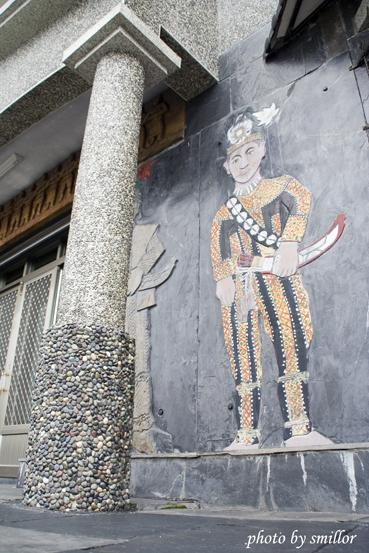 由豪華建築石壁上拍攝的慶典穿著~魯凱族人浮雕