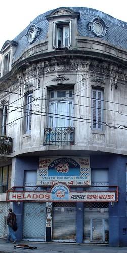 Edificio junto a la casa Carlos Gardel, en Jean Jaurés