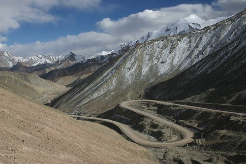 Switchbacks up the Chiragsaldi Pass (4980m).