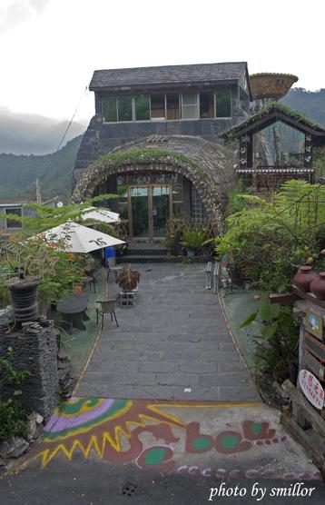 霧台地標之一〝夢想之家〞石板屋的前庭造景(由霧台國小圍牆向外拍攝)