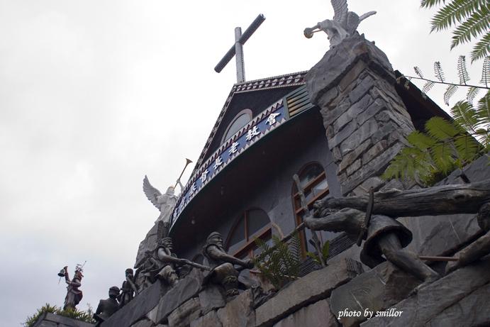 霧台地標之一〝霧台基督長老教會〞(其階梯有先民接力造物表徵的石塑)