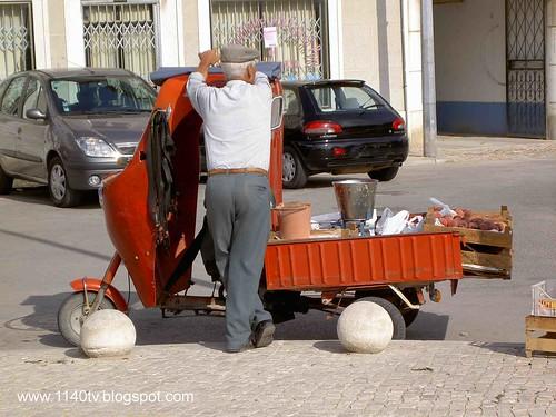 Triciclo e vendedor ambulante
