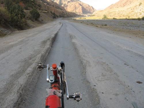 Even the sealed bits had ruts! On the way to Sari-Tash, Kyrgyzstan / 一応舗装しているが。(キルギス、サリタシュ村へ向かう途中)